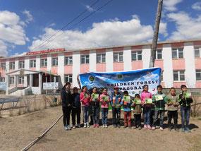 子どもたちが手にしているのは環境教材。モンゴル 語の環境教材を作って、環境教育を推進しています