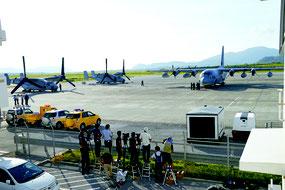 駐機するオスプレイ2機と輸送機KC1300(右)=9月30日午後、石垣空港