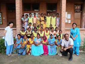 インド・アラハバード県において村の栄養状況・母子健康の改善に向けて活動するヘルスボランティアの集合写真