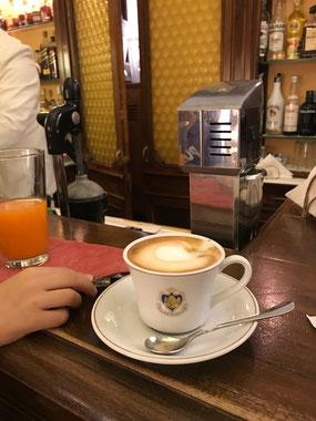 ヴェネチアの高級カフェ、フローリアンでも、カウンターだと5ユーロ程度で絶品カプチーノがいただける
