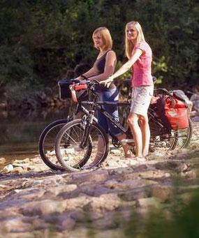 Zwei Radlerinnen am Nethe-Ufer