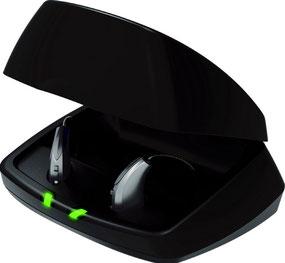 Die beiden grünen Leuchten zeigen, dass beide Geräte voll aufgeladen sind.