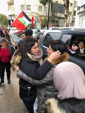 """Suha Jarrar retrouve sa mère Khalida Jarrar après 20 mois de séparation. Khalida, députée palestinienne, a été arbitrairement emprisonnée pendant ces 20 mois par le régime israélien de Netanyahu, le """"cher Bibi de Macron"""" sans aucune raison ..."""