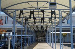 児島駅の入り口にはジーンズがたくさん吊り下げられています。