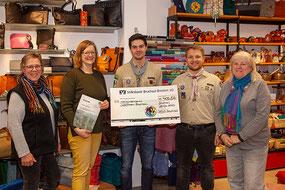 Bruchsaler St. Georgs-Pfadfinder und Ehrenamtliche des Bruchsaler Weltladens freuen sich über die Spende für den Regenwald