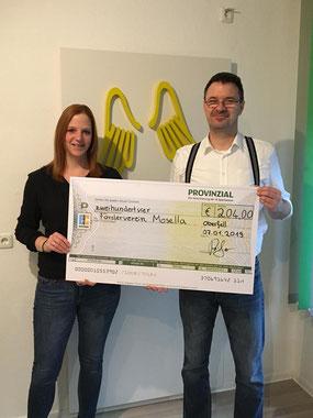Jeanette Fischer (2. Vorsitzende Förderverein) nimmt die Spende von Heinz Peifer entgegen