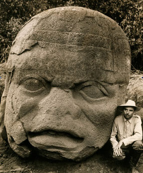 Una cabeza colosal cincelada de piedra de basalto.