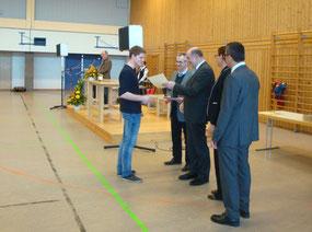 Patrik Lehner bei der Übergabe der Urkunde