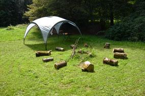 Feuerstelle mit Coleman Pavillon und Sitzplätzen für Kindergeburtstag in Schorndorf