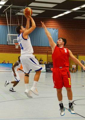 Martin Kemp springt höher als der Ex-Stader Ceyhan Pfeil. (Foto: Fromme)