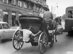 Roma , maggio 1971  Trasporto,uomo attaccato alla carrozza nel  traffico