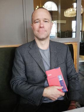 """Georg Schildhammer zeigt sein Buch """"Glück"""" her."""