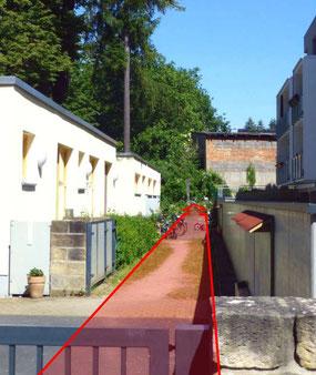 """Ein letztes """"originales"""" Stück des Lotzdorfer Kirchsteiges zwischen der Kita """"Am Baumhaus"""" (links) und dem LIDL-Parkplatz.   Foto:  Schönfuß"""