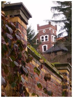 """Der Turm-Bau der """"Roten Burg"""" von der Kurhausstraße gesehen"""