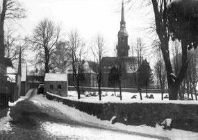 """Historisches Foto mit dem links am """"Totenhäusel"""" vorbeiführenden Kirchsteig, im Vordergrund der """"Gottesacker"""" (2. Friedhof). Foto: Museum Schloss Klippenstein Radeberg"""