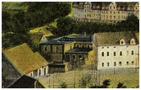 """Der """"Knobloch'sche Weinspeicher"""" auf dem Freudenberg - in der Realität. Links die letzte alte Freudenberg-Scheune, rechts der Anfang der Wohnhausreihe Nr. 5 bis 8. Im Hintergrund die Kaiser-Wilhelm-Straße (heute Pestalozzistraße)."""