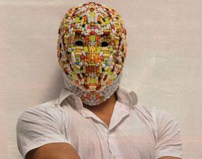 Herstellung der Maske aus Originalpillen, Fotograf: Gunther Glücklich