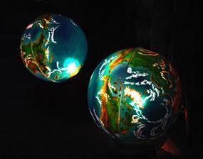 Anfertigung mehrerer von innen beleuchteten und bemalten Weltkugeln für den dauerhaften Außeneinsatz