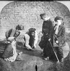 En todo el mundo los niños jugaron a la bolita.