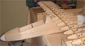 Avioncito de madera balsa en construcción.