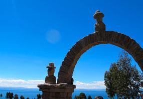 der Tor-Bogen hinauf zum Dorf