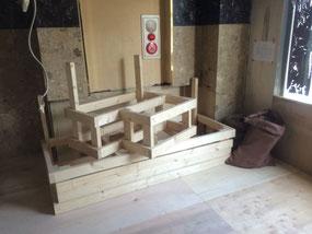ラス パパス オリジナル家具:メインホールのベンチ椅子