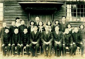 小学校の卒業写真。前列左端が藤嶋先生