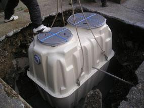 小型合併浄化槽(5人槽)の設置の様子。(H24の撮影)