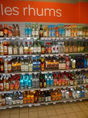 Ein Regal voller Rum, in der Karibik gibt es wohl um die 60 verschiedene Rumdestillerien