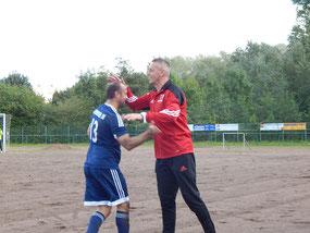 Sergiu Gore bejubelt die 1:0-Führung mit Trainer Marko Schmidt.