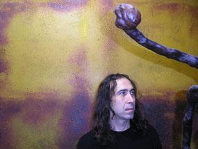 Amador Vallina mit seinen Werken