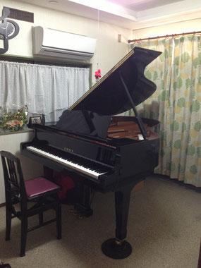 グランドピアノでレッスンをします