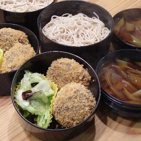 この日のお弁当は、高キビメンチカツとキャベツの岩ノリ和え、そば。