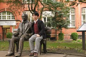 濱上知樹先生。出張先の Manchesterにて。脇の銅像は計算機科学および人工知能の父であるアラン・チューリング(イギリスの数学、計算機学者)