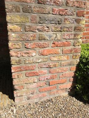 De onderste lagen van de torenmuur bestaan uit 'reuzenmoppen'.