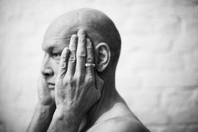 Felix Ruckert Portrait Profil Hand mit Ring Sexpositive Räume