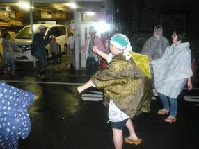 路地で輪踊り