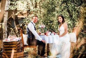 romantisches Hochzeitspaar bei Kaffee und Kuchen im Wald