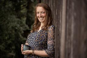 Denise Fritsch arbeitet seit 2012 als freie Autorin und Autorencoach. Mit ihrer Hilfe bleiben die angefangenen Manuskripte nicht in der Schublade, sondern werden beendet und veröffentlicht. Seit 2012 begleitet und unterstützt sie Autorinnen und Autoren be