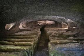 OmoGirando le necropoli rupestri di Castel d'Asso