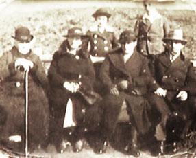 Julius (rechts) mit (von links nach rechts auf der Bank sitzend) Mutter Ida, Schwester Erna (?), Ehefrau Amalie, stehend dahinter: die Söhne Heinz (links) und Kurt in Stadtoldendorf (Foto: Privatbesitz Cläire Rosenhain)