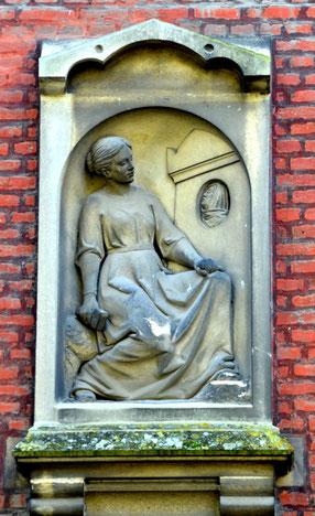 Sculpture sur la façade du marbrier Sueur