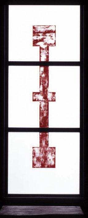 Eine mächtige große, rote Kreuzform dominiert die Mitte. Th. Sternberg