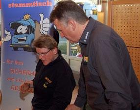 Reiner Wintjen (rechts) gibt als Fachmann wichtige Tipps, wie schwere Ladung auf Lastwagen zu sichern ist.
