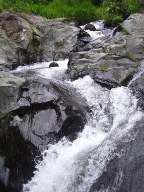 Bergbach zwischen Felsen