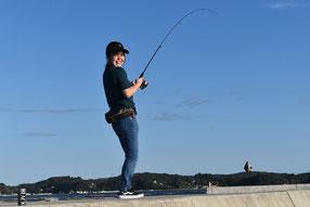 整備された気仙沼港での釣り人