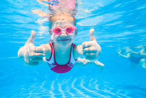 Kinder lernen in unseren Schwimmkursen sicher schwimmen von der Basis an, Schwimmschule