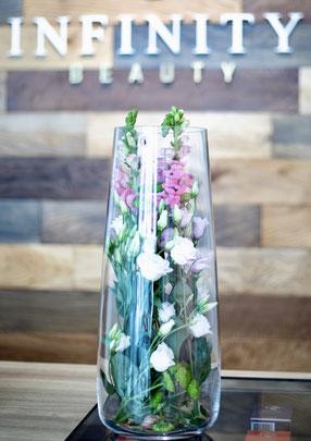Blumenvase imHintergrund Holzwand