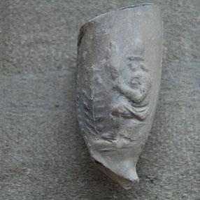 Persoon met zgn. 'spinrokken' ; stokken waarom heen wol of vlas gerold werd. Ca 1700-1740, Gouda (?!)