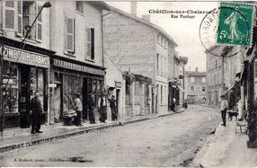 Typisch Frans ; een tabakszaak heeft een levensgroot model van een pijp aan de gevel hangen